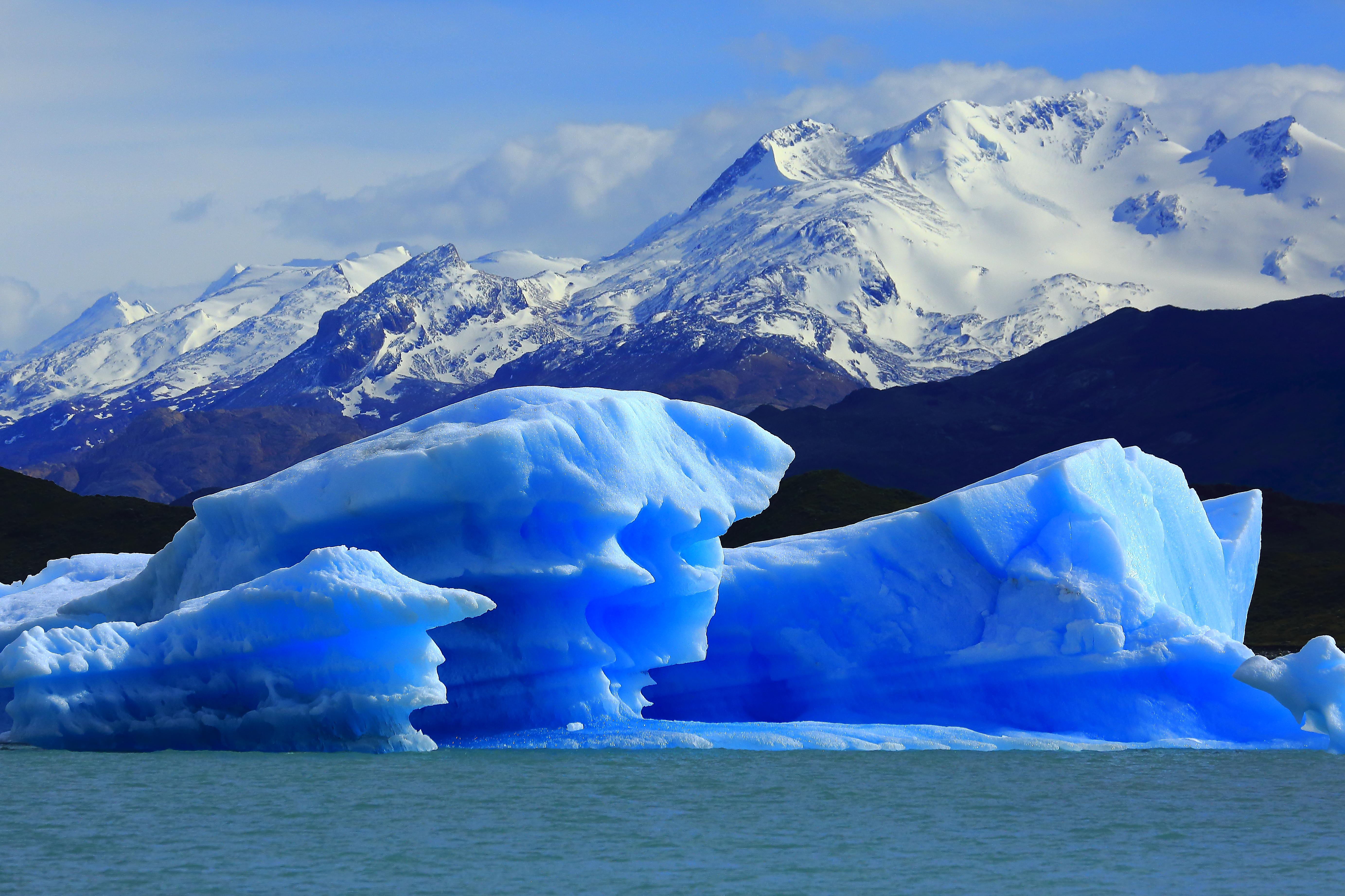 As formas surreais e o azul eletrizante dos icebergs que se desprendem da Upsala. Crédito: