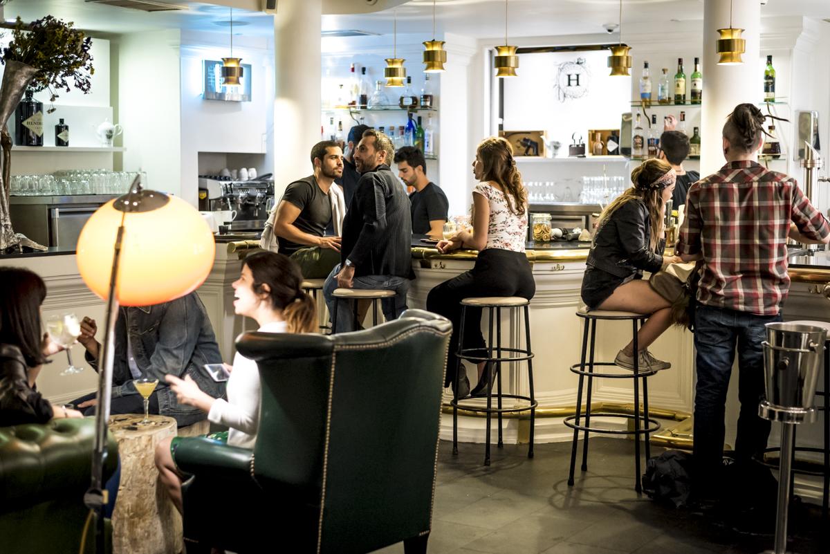 O bar, logo na entrada: descolado e animado