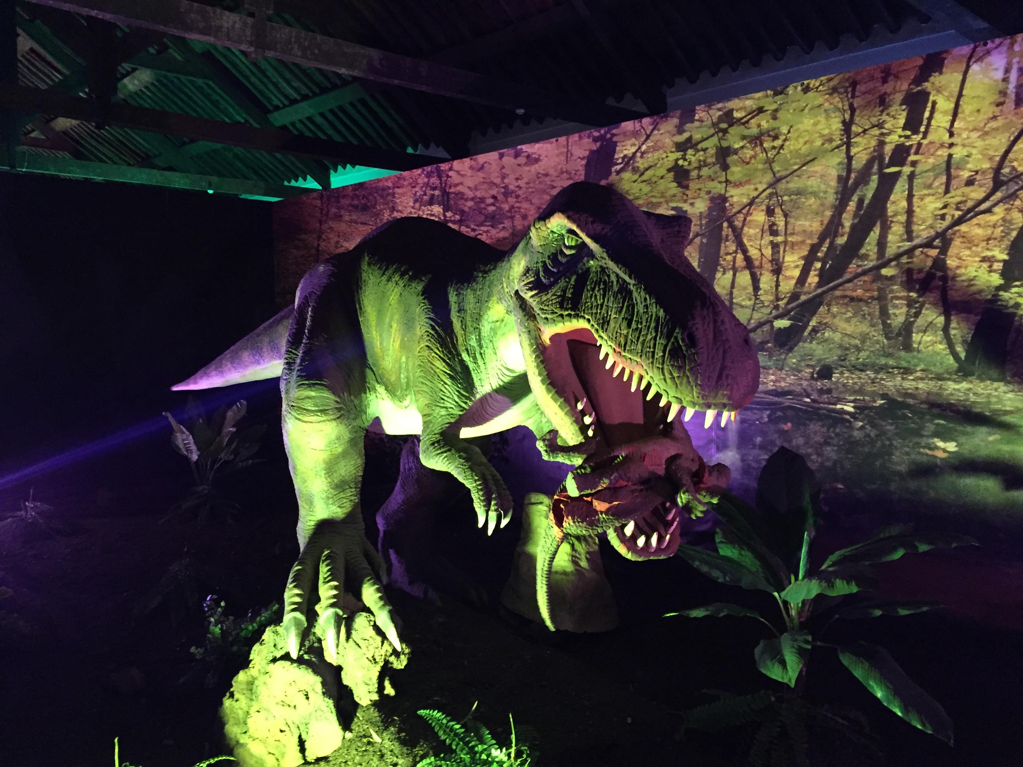 Um T-Rex devorando a presa: movimentos e sons