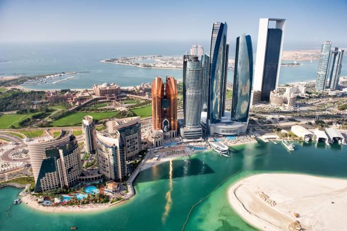 A opulência Abu Dhabi vista de um helicóptero