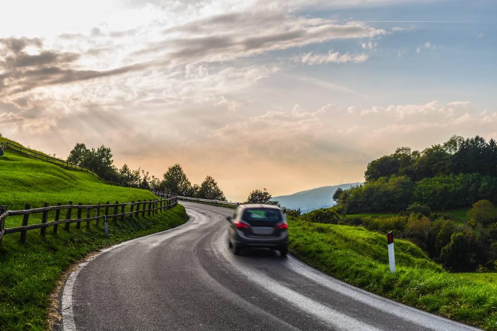 Carro em estrada rural