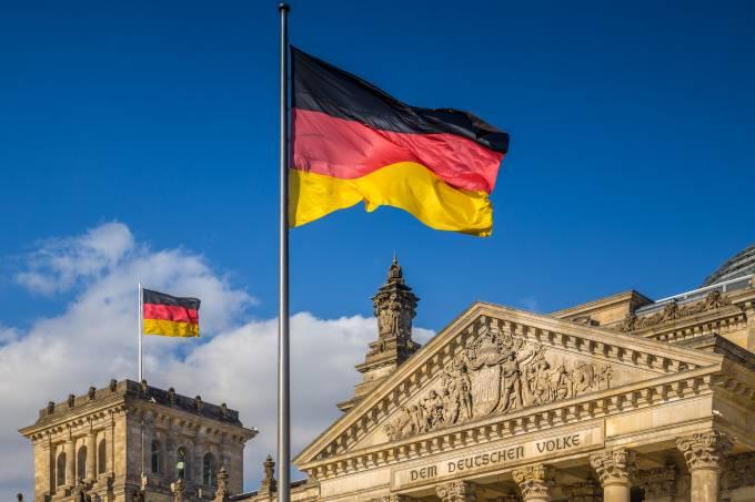 Bandeira alemã em frente ao Reichstag