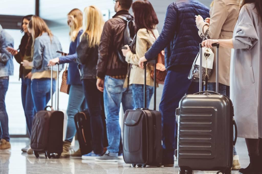 FIla de pessoas no aeroporto