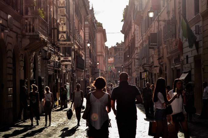 Rua em Nápoles, Itália