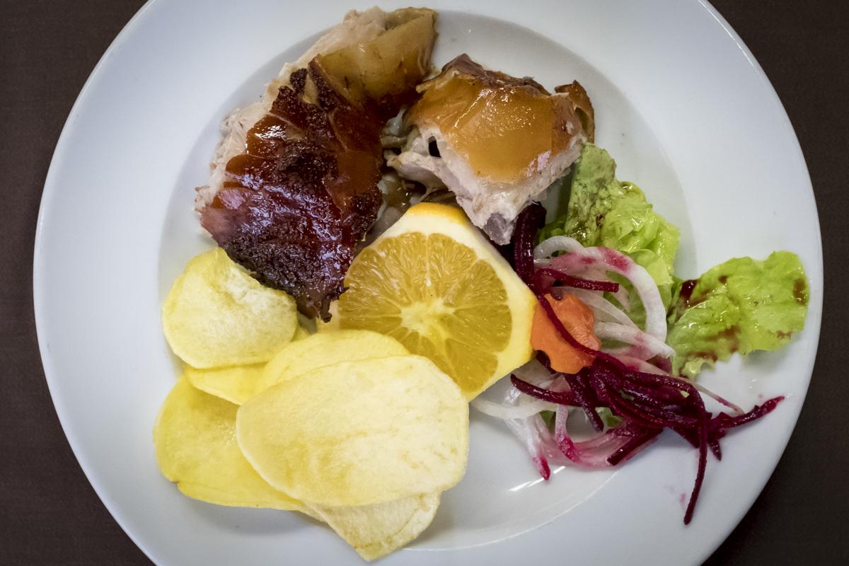 O prato perfeito: batatas fritas e salada com laranja