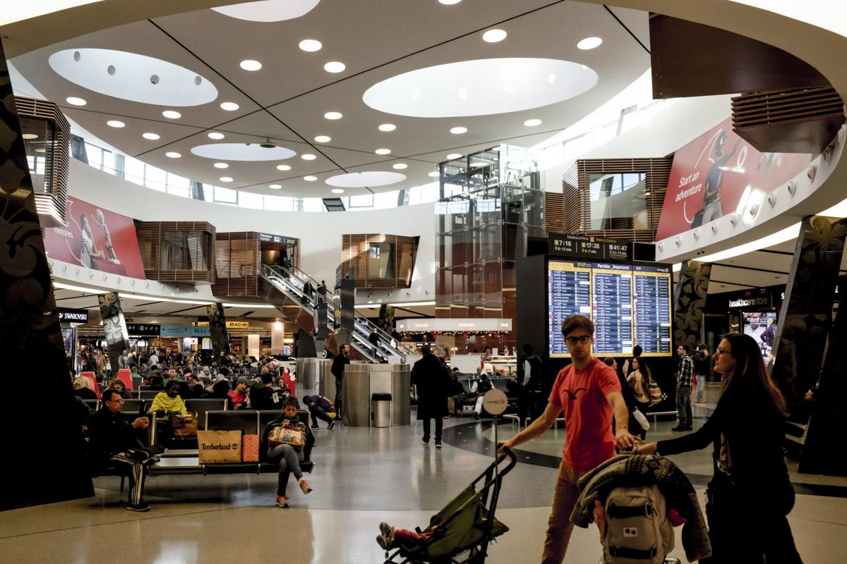 O hall central da área de embarque do Terminal 1: depois do controle de raio-X é só alegria