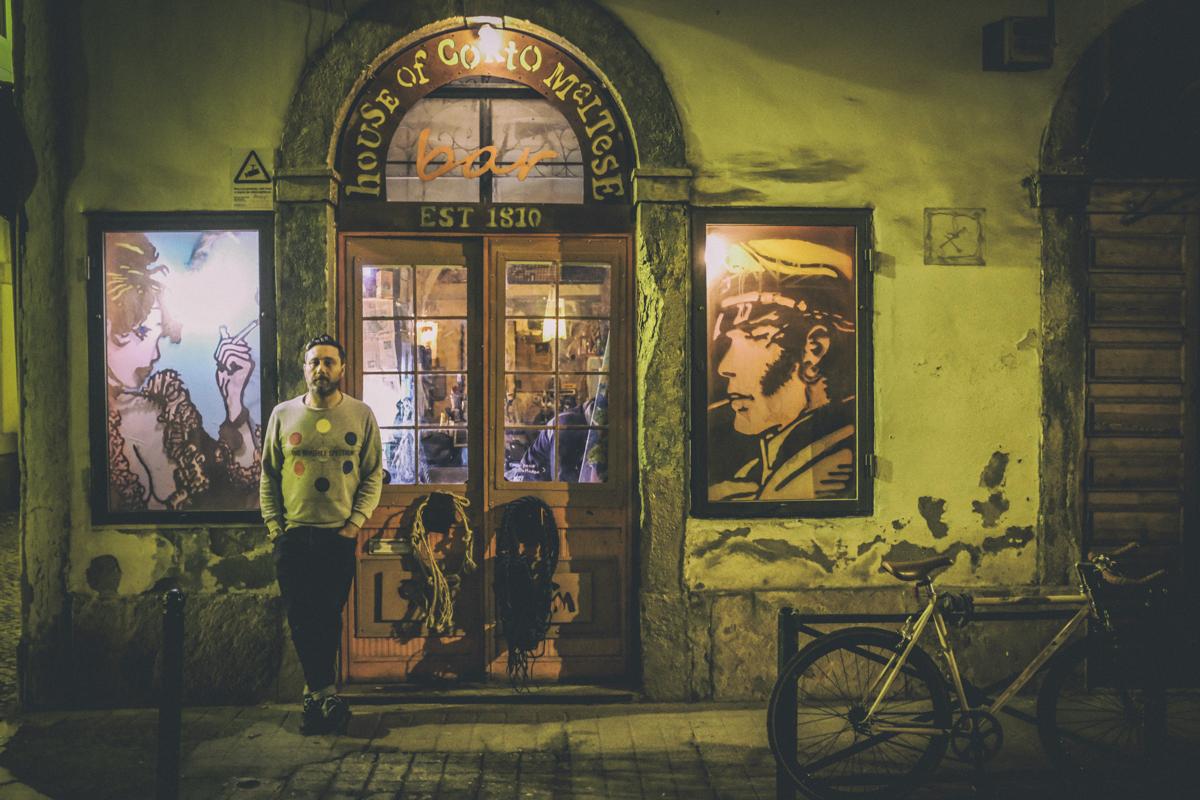 Felipe na porta do bar: homenagem aos marinheiros e piratas