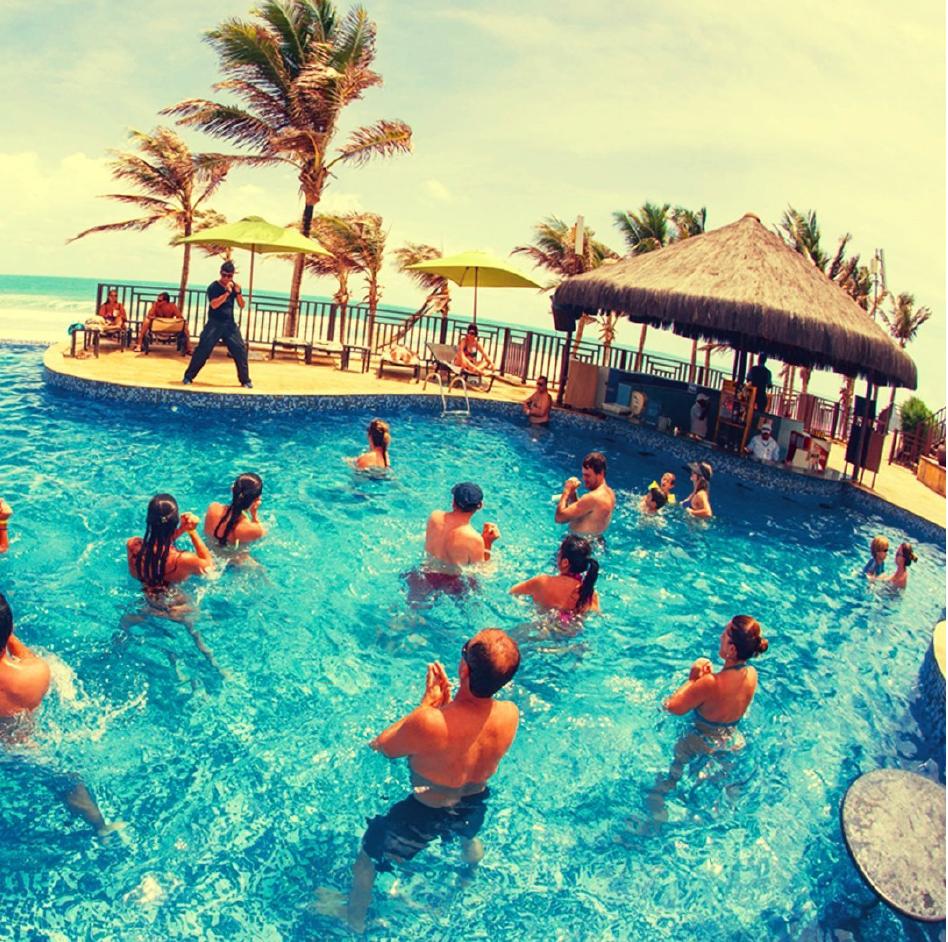 Hidroginástica na piscina de resort no Beach Park, Ceará