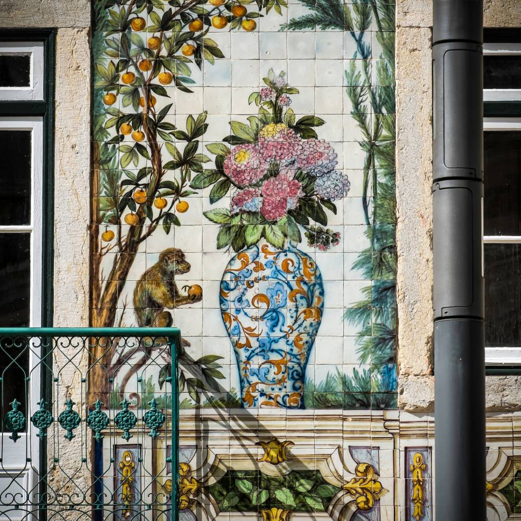 Painel que reveste a fachada da loja Viúva Lamego, no Largo do Intendente Pina Manique