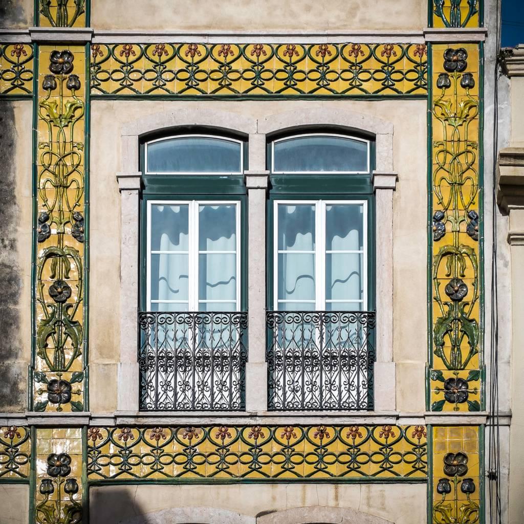 Edifício decorado com azulejos do início do século 20 na Rua das Janelas Verdes, 70-78