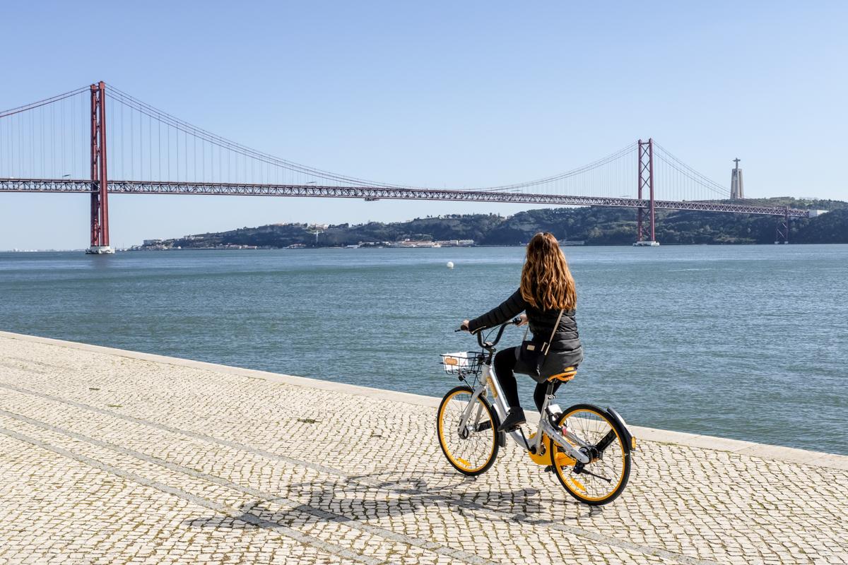 Passeio no calçadão de Belém, com a Ponte 25 de Abril como companhia: a brisa do Tejo não tem preço