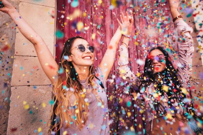 garotas celebrando carnaval de rua