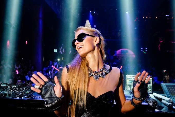 Paris Hilton sendo DJ