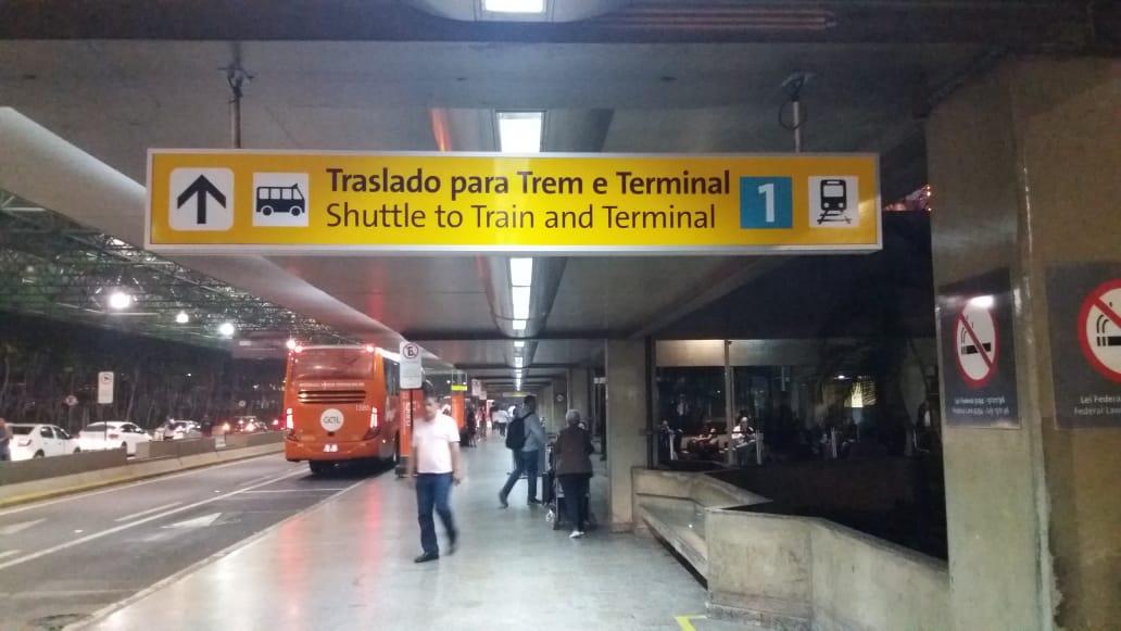 Placas no Terminal 2 indicam o caminho para o ponto de ônibus