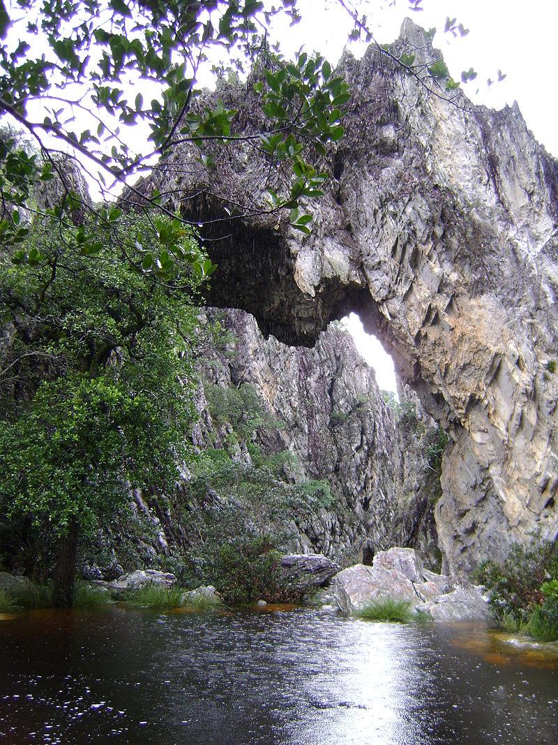 A curiosa Ponte de Pedra sobre o Rio São Domingos, em Cavalcante