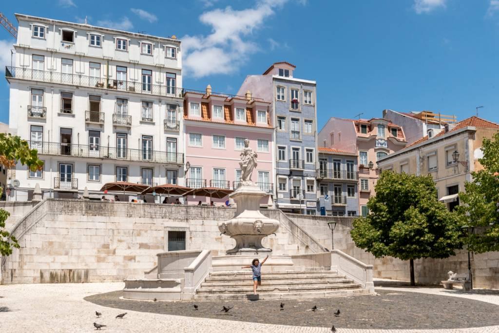 O lindo centro de Lisboa, de fachadas coloridas em tons pastel: o preço mudou, o charme não