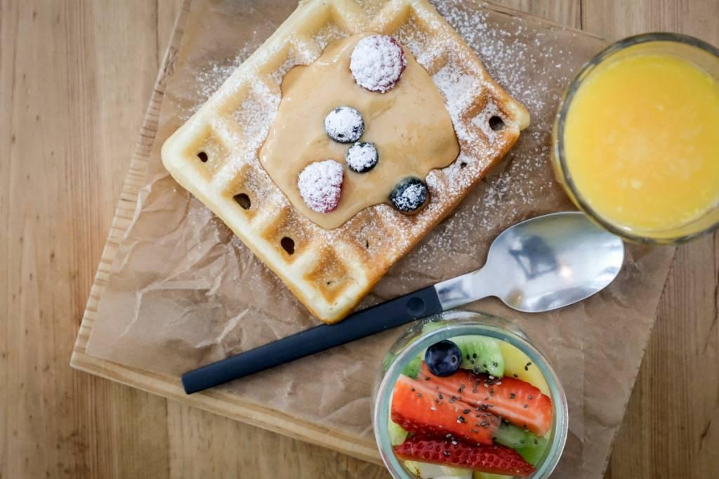 Waffle com caramelo caseiro e frutas vermelhas: de morrer