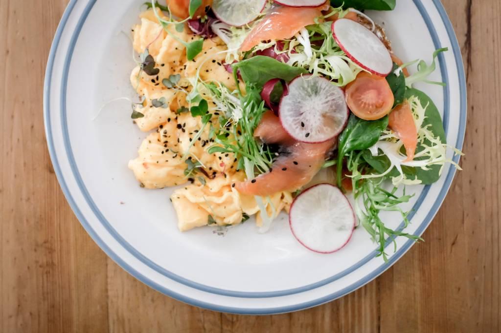 Ovos mexidos com salão defumado e saladinha