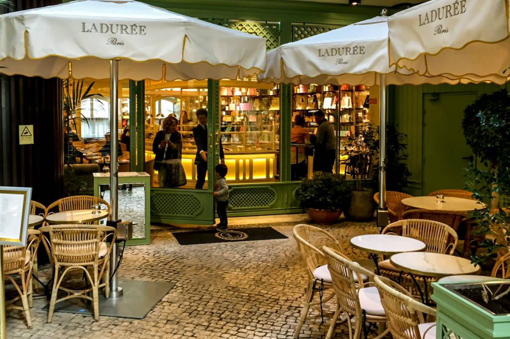 A entrada da loja e salão de chá: ares parisienses em Lisboa
