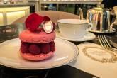 Meus acompanhantes da tarde: Ispahan e chá de caramelo