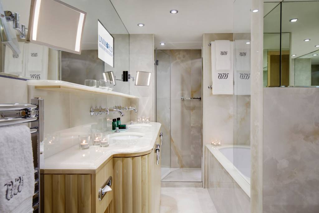 Nem parece navio: mármore e banheira no banheiro