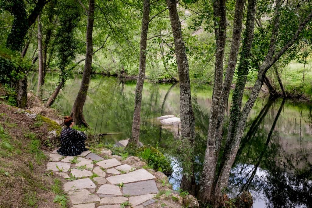 À beira-rio: paisagem encantadora aos pés da Serra da Estrela