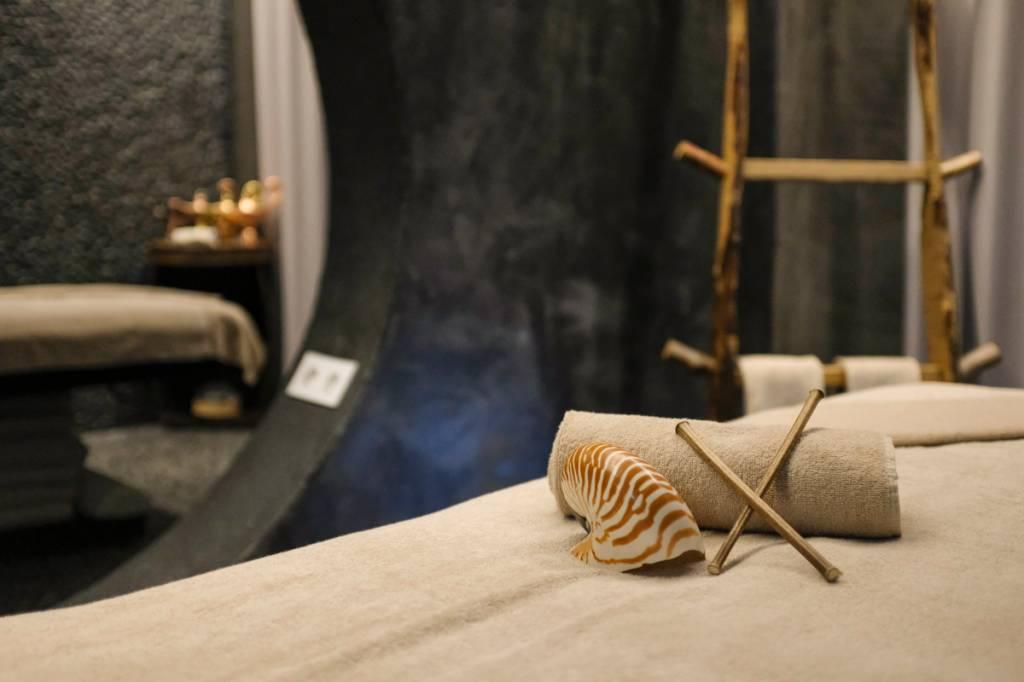 Detalhe da sala de massagens: conchas e sticks de madeira para relaxar