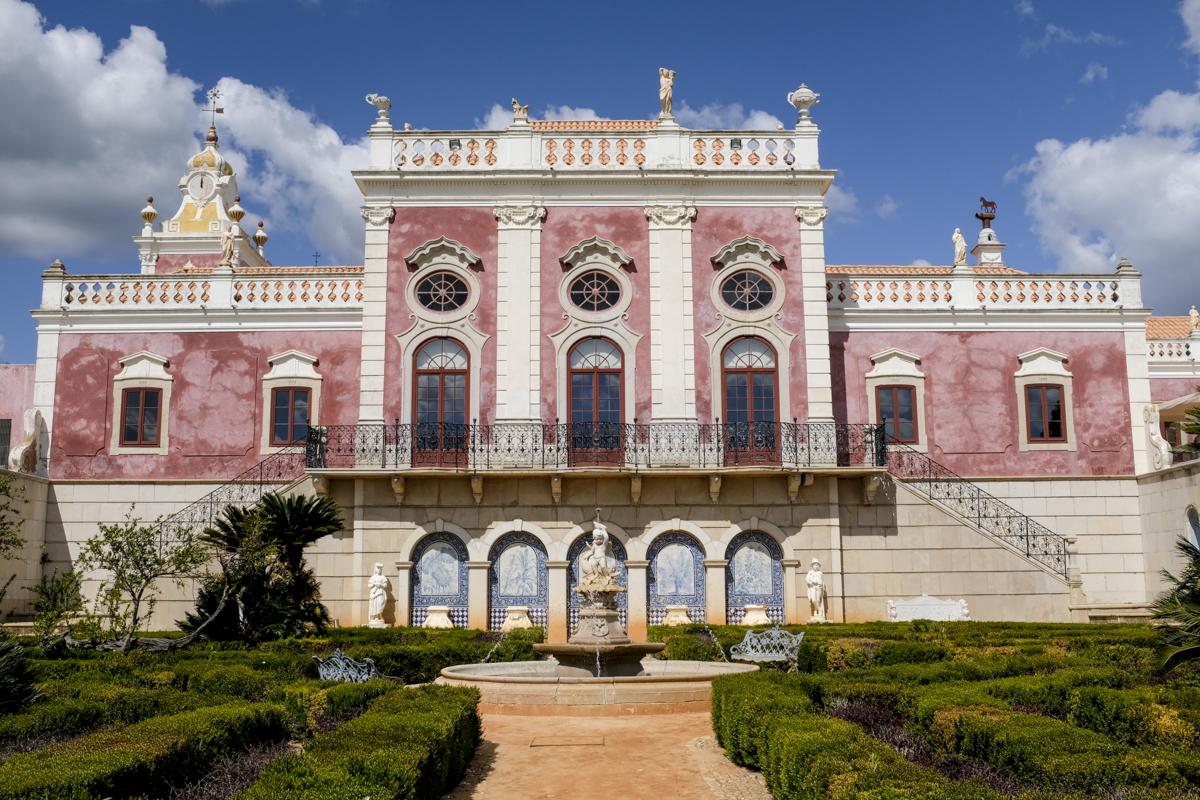 A fachada rosada do Palácio de Estoi: joia rococó no coração do Algarve
