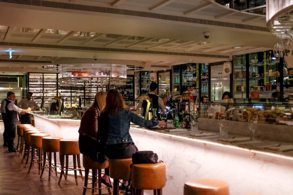 O bar, no subsolo: ótima pedida para um drinque antes do jantar