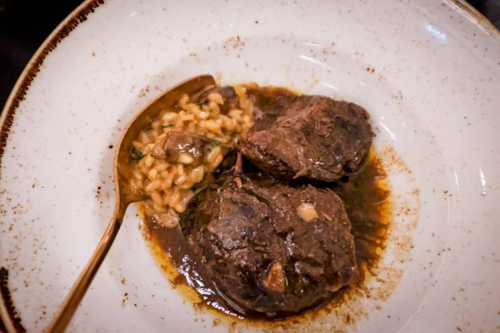 Bochechas de porco com risoto de cogumelos: delícia