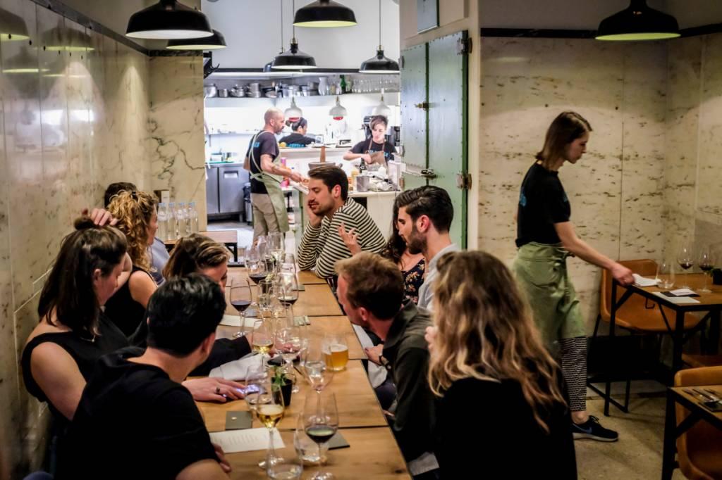 O interior do restaurante: apertadinho, simples e informal