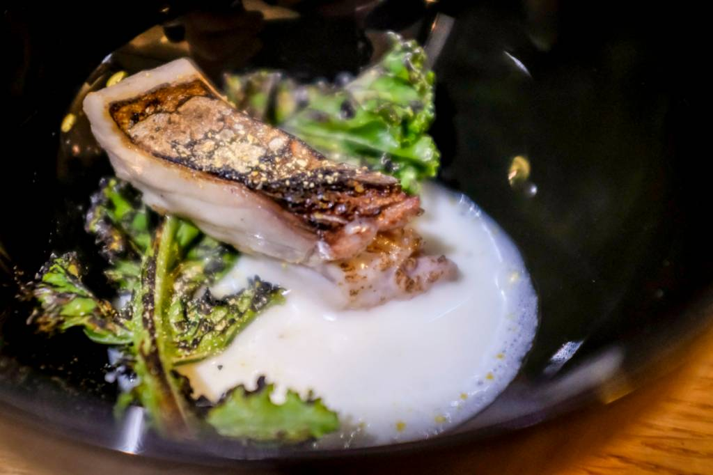 Filezinho de sarrajão com alface defumada e leite do peixe: a melhor surpresa do menu