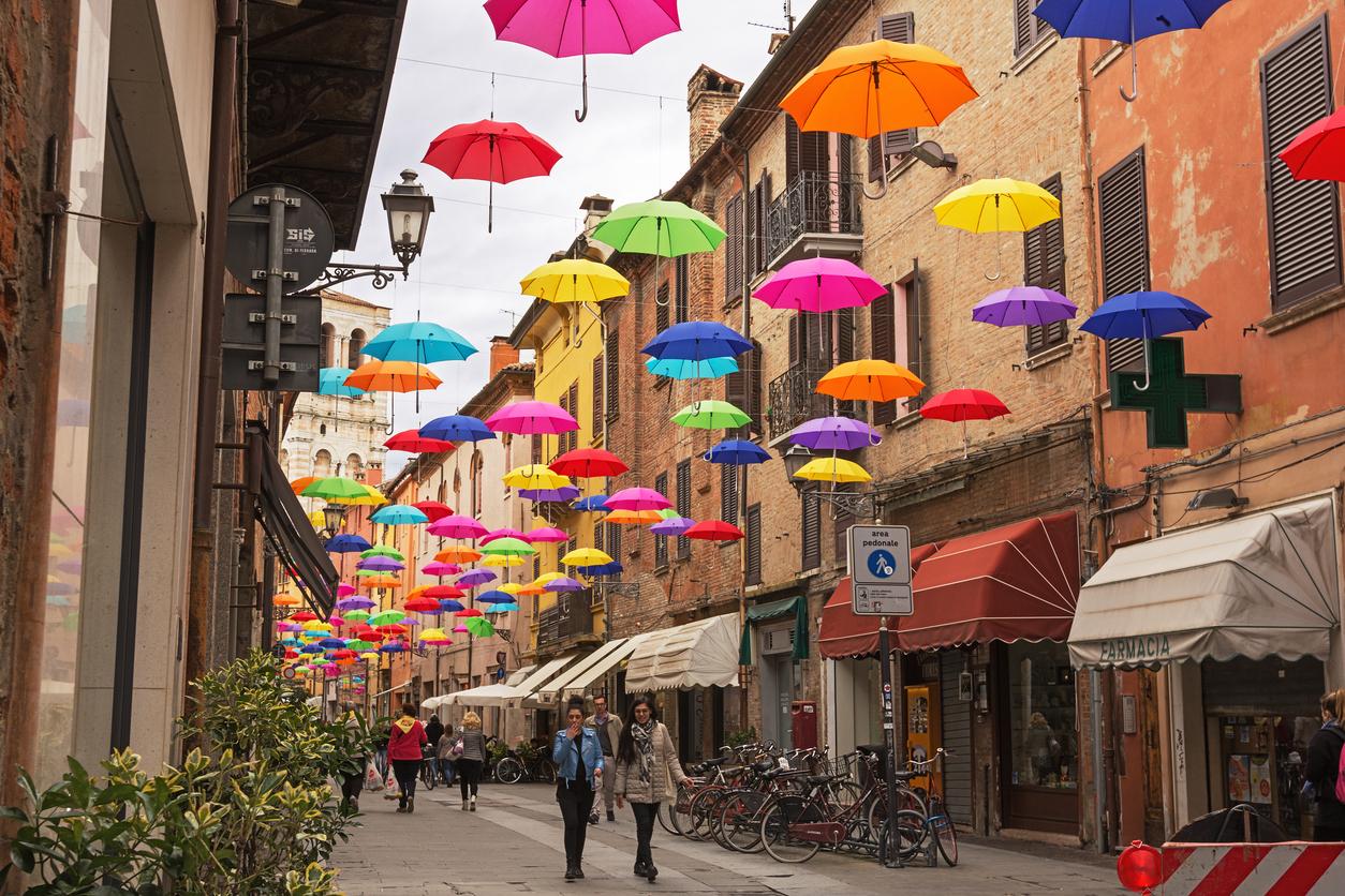 Guarda-chuva colorido na rua de Ferrara, Itália