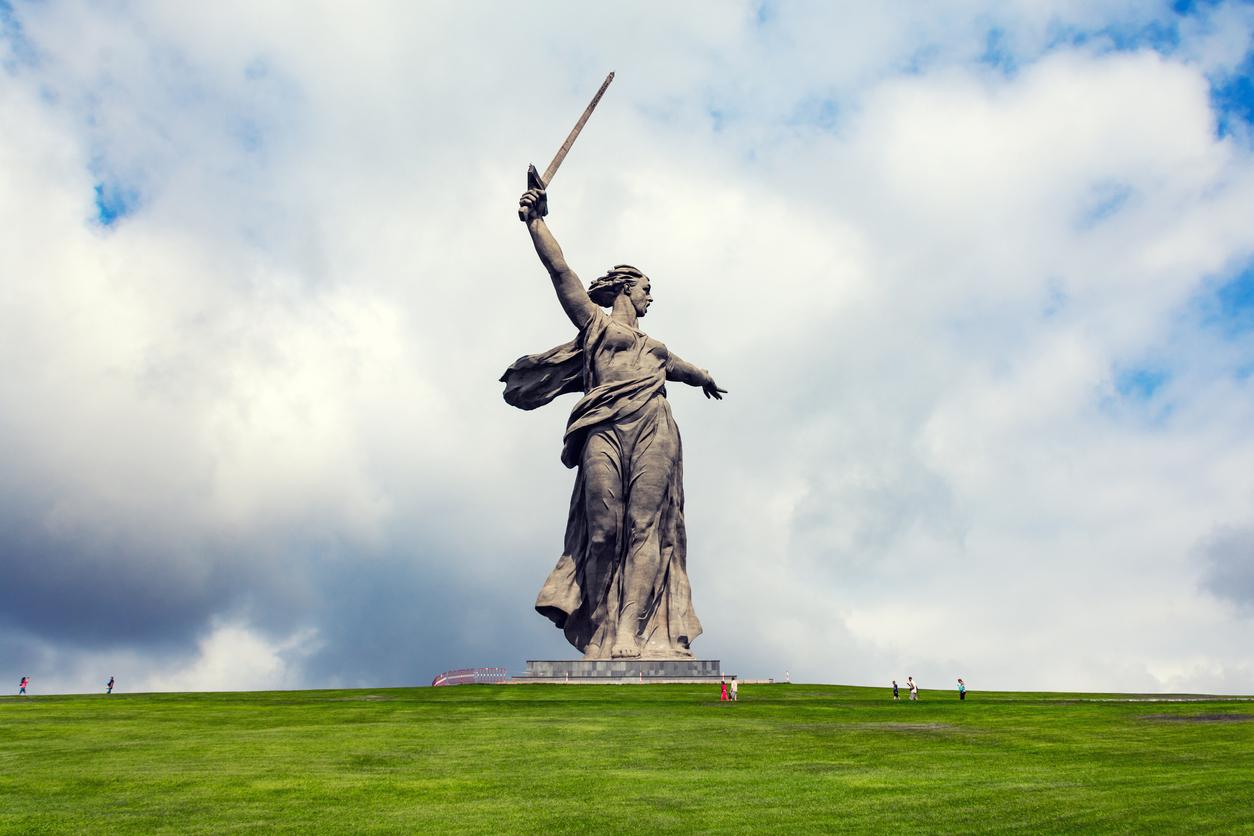 Estátua Mãe Pátria no topo da Colina Mamayev Kurgan