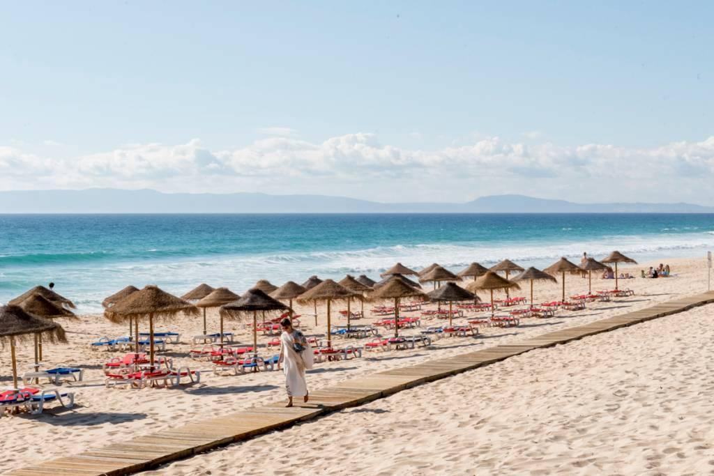 A beira-mar na Praia do Pego, em frente ao Sal: tudo orna