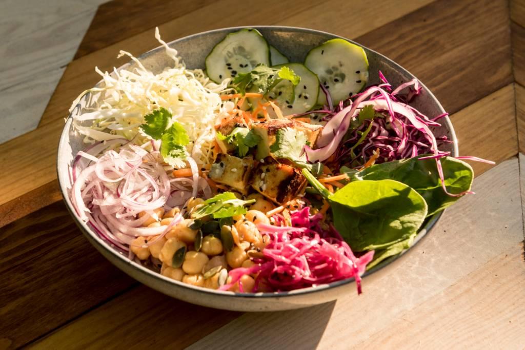 Veggie Bowl: cuscuz (ou quinoa) com tofu, legumes e salada
