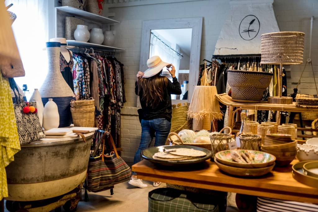 O incrível acervo da Lavanda: chapéus, vestidos, objetos de decoração