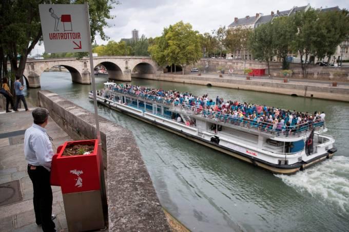 Urinol à beira do Sena, Paris