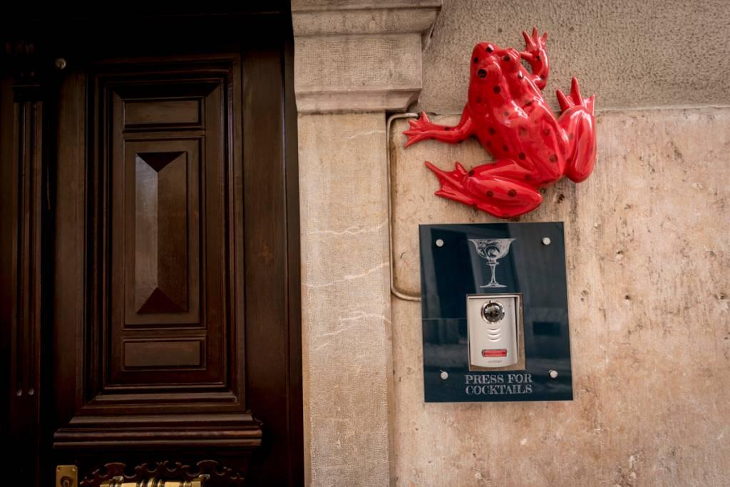 A entrada do speakeasy: siga o sapo vermelho!