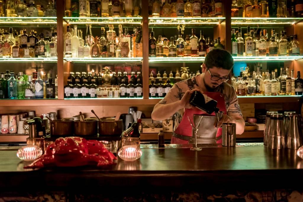 O bartender Paulo em ação: recentemente eleito dos melhores bartenders da Europa pela revista Mixology