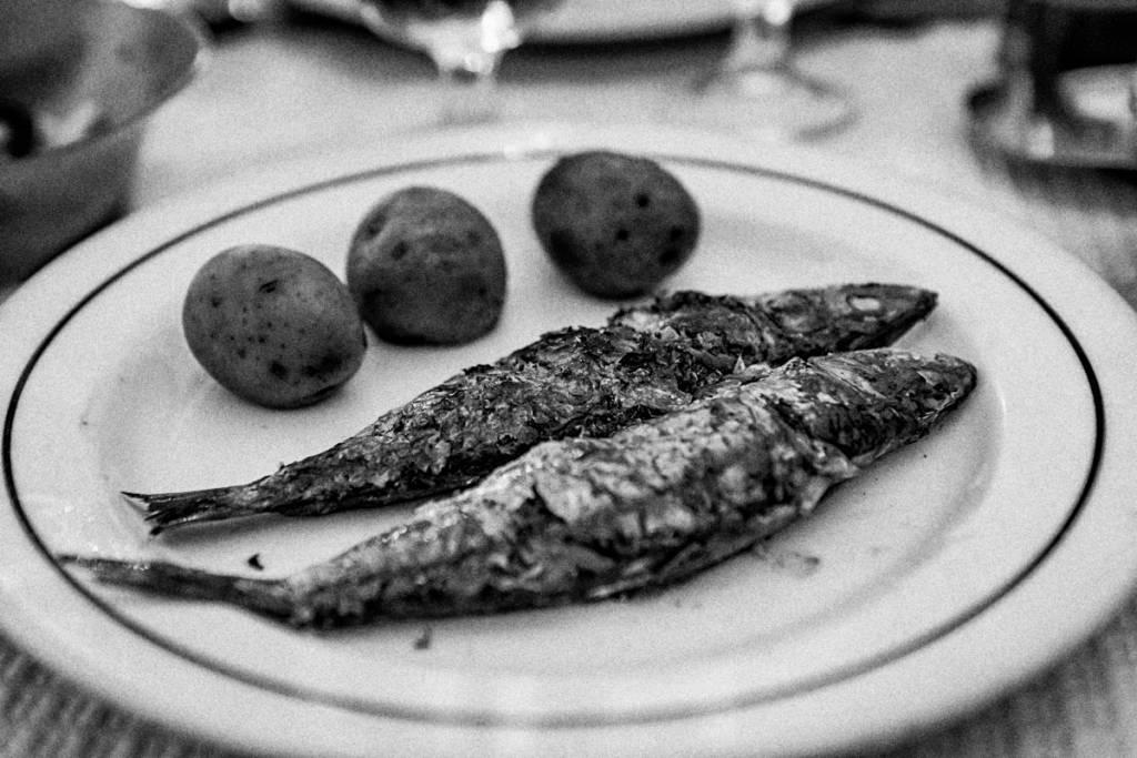 Close no prato: pele crocante, carne macia, batatinhas delícia
