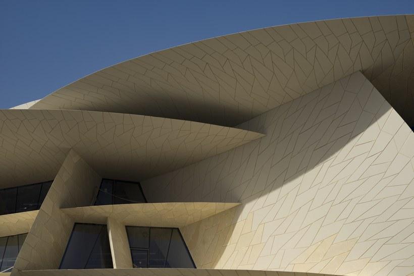 Formação arquitetônica que remete à pétalas de rosa, do Museu Nacional do Qatar, em Doha
