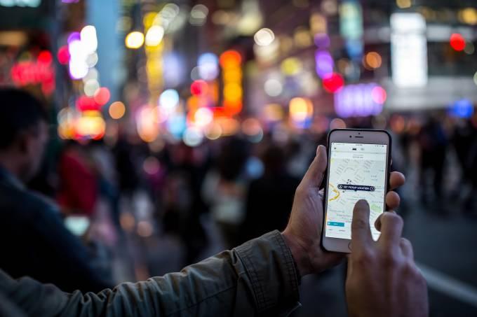 Homem usando uber em NY