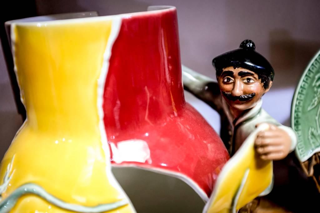 Uma das peças de colecionador desenvolvidas em parceria com outros artistas: O Colador de Cacos, by Vik Muniz