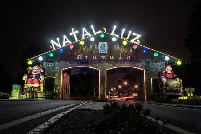 Portão de entrada de Gramado decorado para o Natal