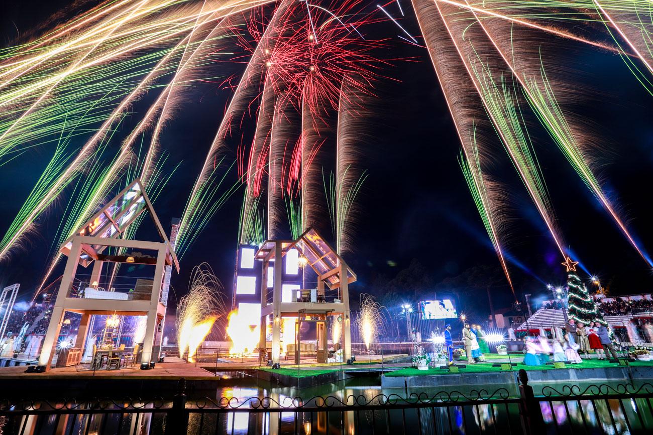 """Fogos de artifício fazem parte de """"Reencontros de Natal"""", uma das principais atrações do Natal Luz de Gramado, RS"""