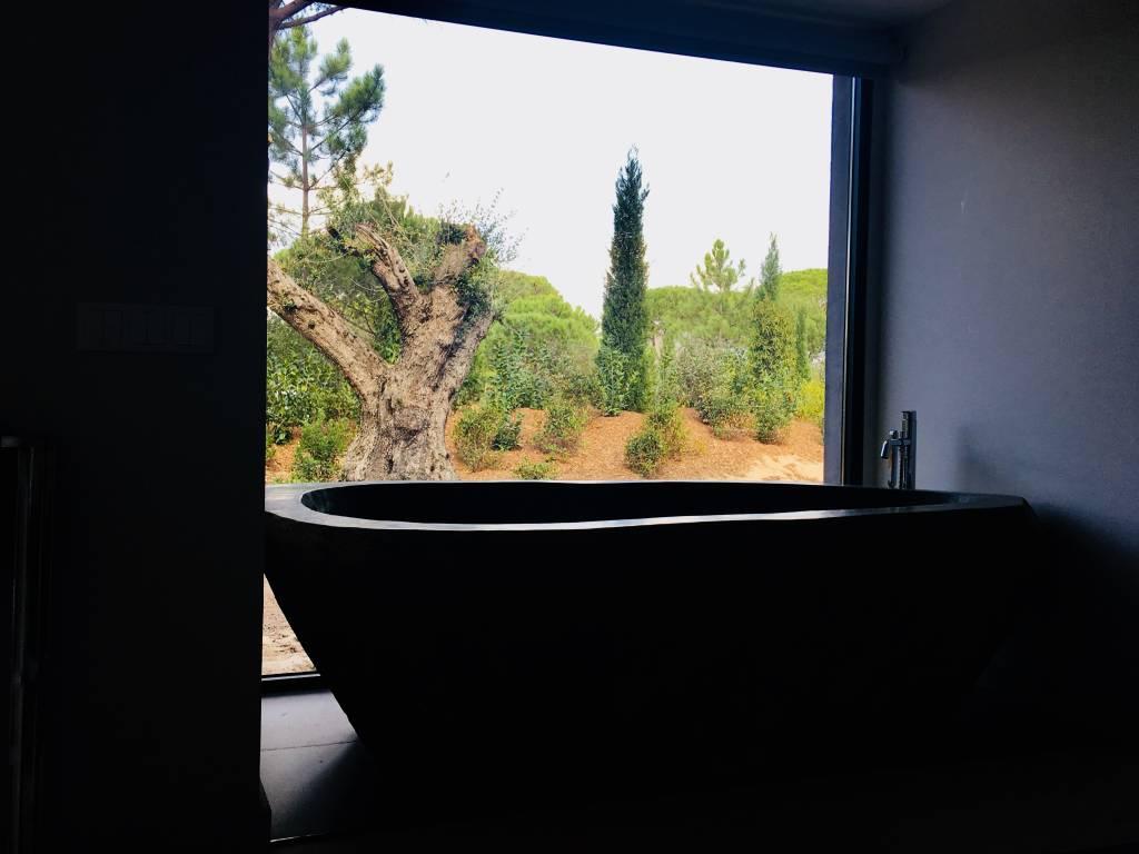 Banheira com vista em uma das villas do hotel