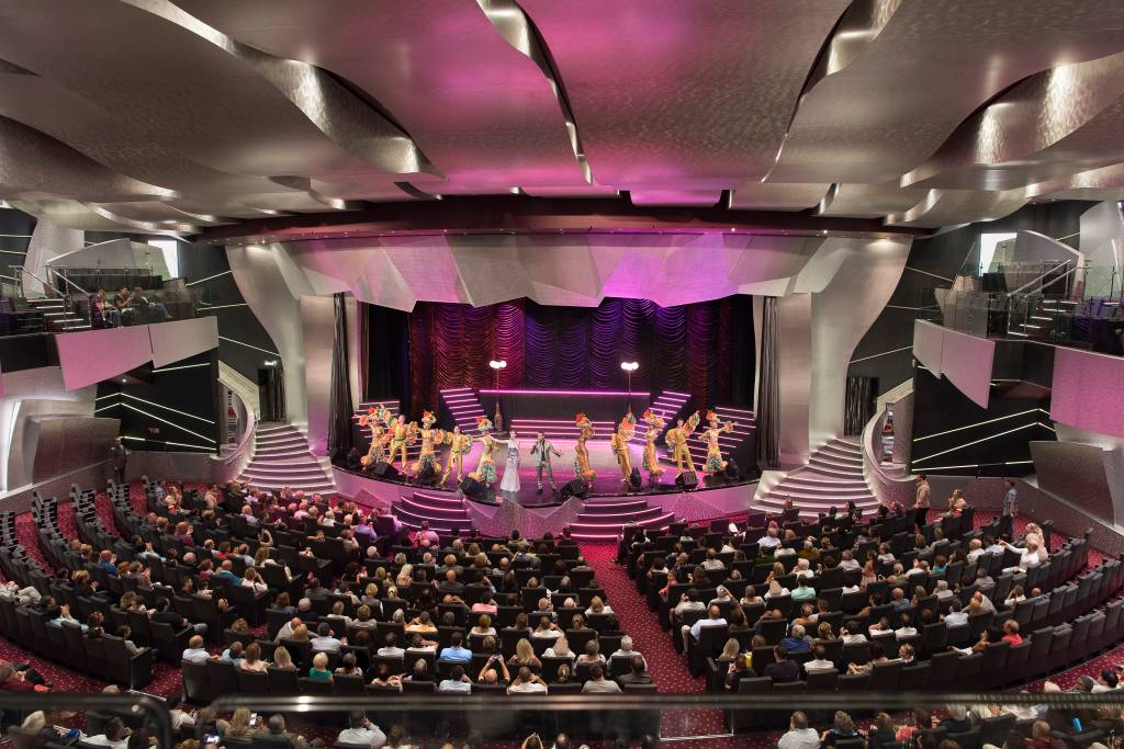 Com capacidade para 1600 pessoas, o gigante teatro do MSC Preziosa