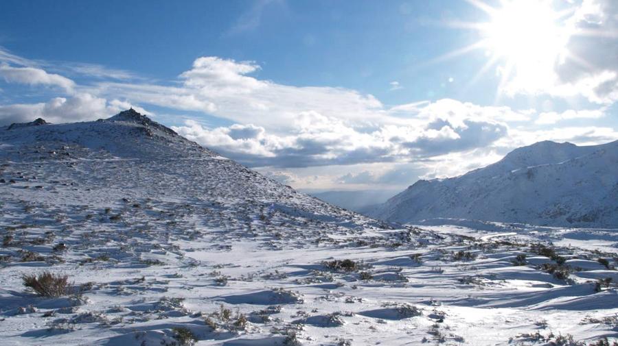 A Serra da Estrela coberta de branco: grande vedete do frio em Portugal (Reprodução)