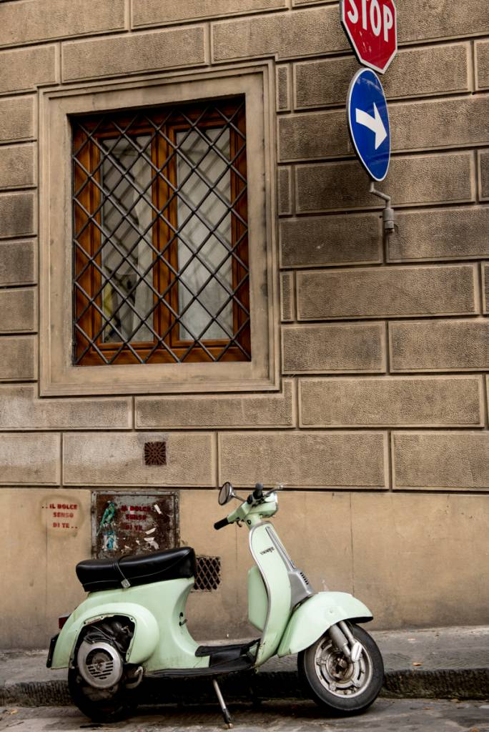 Vespa no centro de Florença: la dolce vita
